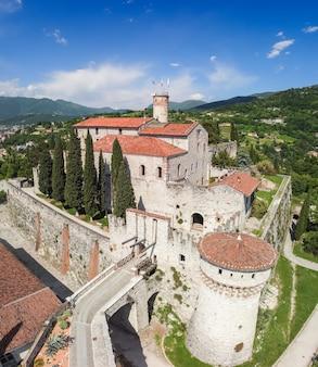 Bella vista da drone sul complesso architettonico del castello nella città di brescia (foto verticale)