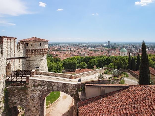 Bella vista da un drone all'ingresso principale con ponte levatoio del castello medievale di brescia