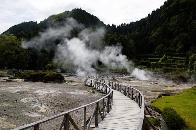 Bella vista dei geyser nelle azzorre, portogallo