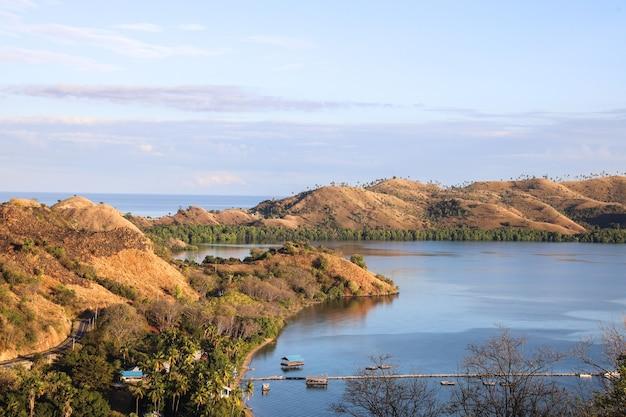 Bella vista delle colline nell'oceano a labuan bajo indonesia
