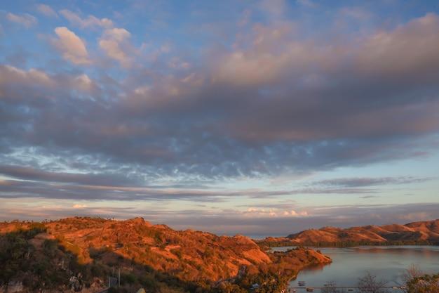 Splendida vista sulle colline con oceano a labuan bajo con cielo nuvoloso al tramonto