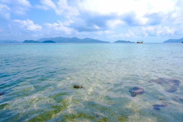 Bella vista delle isole di koh wai, mare blu con cielo blu alla provincia di trat, tailandia.