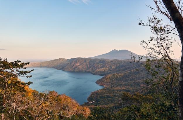 Una bellissima vista della laguna de apoyo dai sentieri los mangos