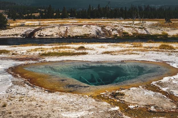 Splendida vista di un lago catturato nel parco nazionale di yellowstone a yellowstone, usa