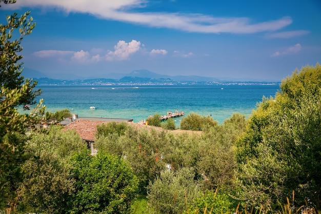 Splendida vista del lago di garda in italia dalla collina di sirmione