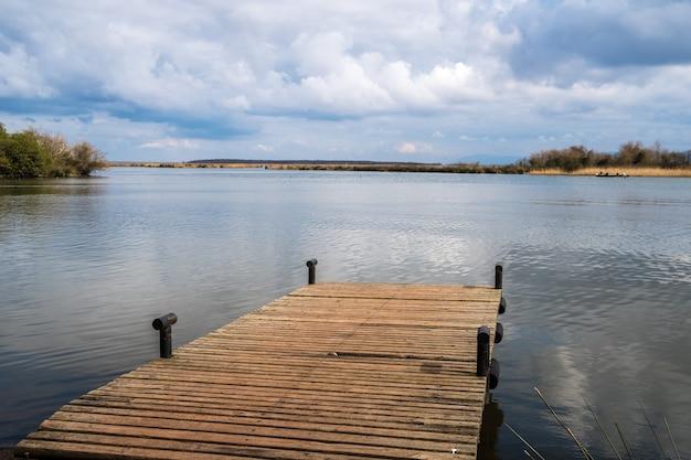 Bella vista sul lago paliastomi ormeggio sul piccolo fiume kaparchina