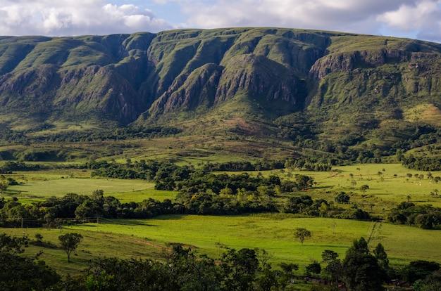 Splendida vista di un paesaggio di colline boscose sotto un cielo blu