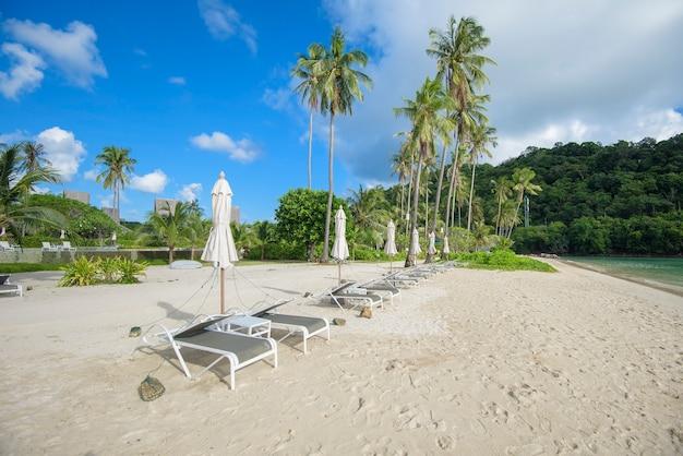 Bella vista del paesaggio di sedie a sdraio sulla spiaggia tropicale, il mare color smeraldo e la sabbia bianca contro il cielo blu, maya bay a phi phi island, thailandia
