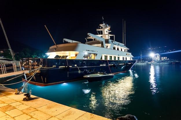 Splendida vista del lussuoso yacht privato ormeggiato al porto notturno