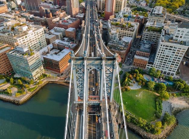 Bella vista al ponte di manhattan new york city impressionante vista verso l'alto grandangolare nyc