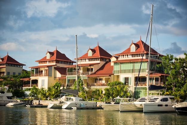 Una bellissima vista del porto turistico di eden island, mahe, seychelles