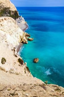Bellissima vista del mar mediterraneo e del paesaggio delle montagne sulla strada per paphos