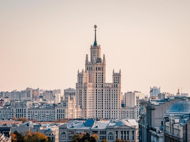 Bella vista di mosca. edificio residenziale stalinista sull'argine del fiume di mosca. russia.