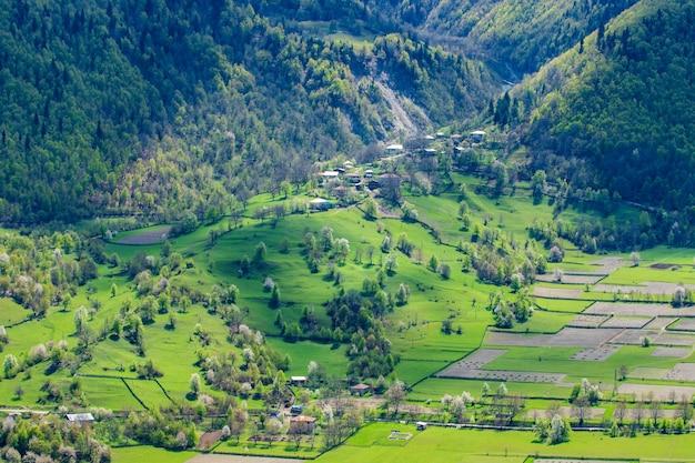 Bella vista sul villaggio di montagna nell'alto svaneti. georgia