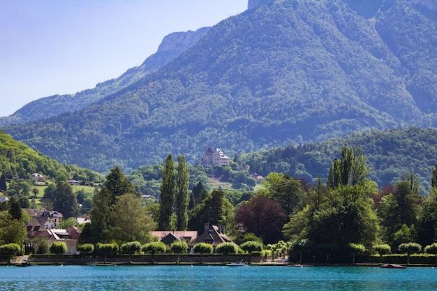 Bella vista sulle montagne, sul lago e sul castello in una giornata di sole