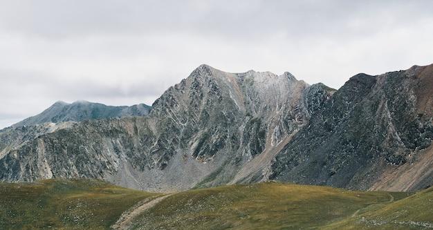 Bella vista sulle montagne. concetto di viaggio e stile di vita attivo. il picco dell'inferno