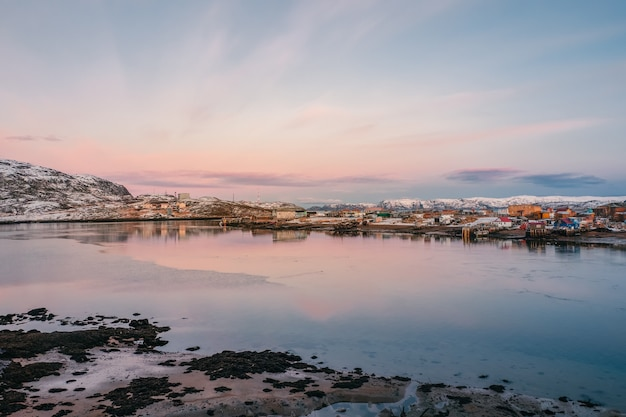 Bella vista del villaggio di pescatori del nord con la bassa marea