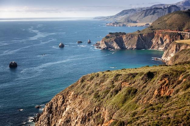 Bella vista sulla costa dell'oceano