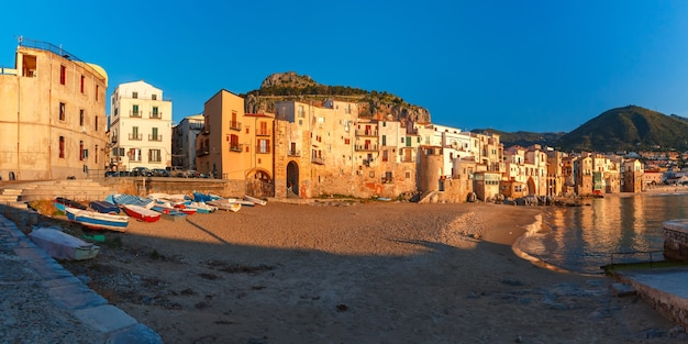 Bella vista di vecchie case in città costiera cefalù al mattino, sicilia, italy