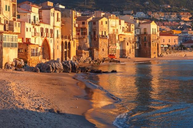 Bella vista di vecchie case in città costiera cefalù al tramonto, sicilia, italy