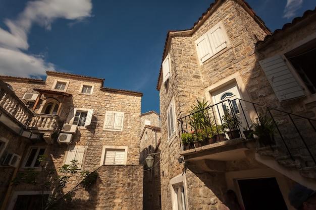 Bella vista del vecchio edificio in pietra nella città mediterranea