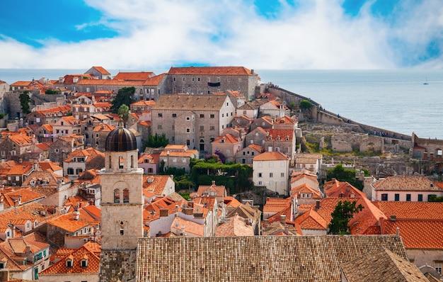 Bella vista della parte della città vecchia di dubrovnik dalle mura della città, croazia