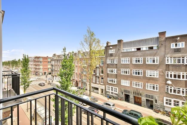 Bella vista dell'edificio residenziale con facciata di lusso