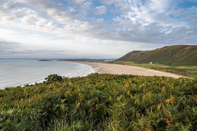 Bella vista sulla spiaggia sabbiosa della baia di rhossili