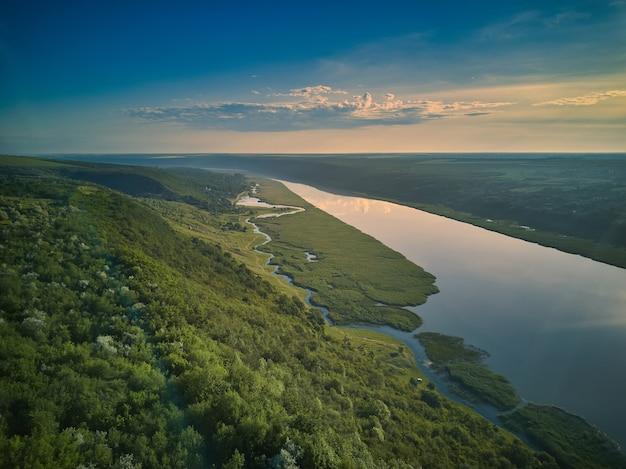 Bella vista sul fiume su un alba. ricreazione all'aperto. panorama di dniester.