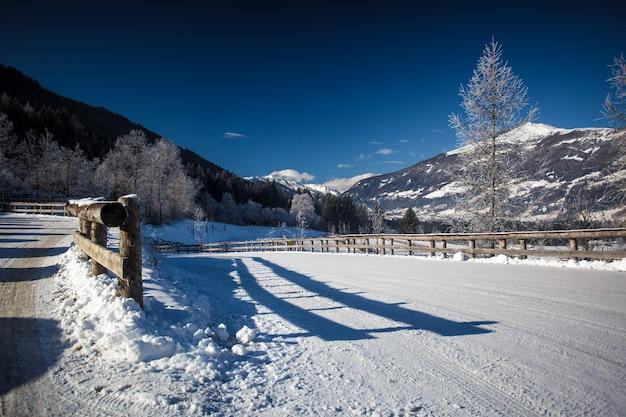 Bella vista sulla strada coperta di neve alle alte alpi austriache