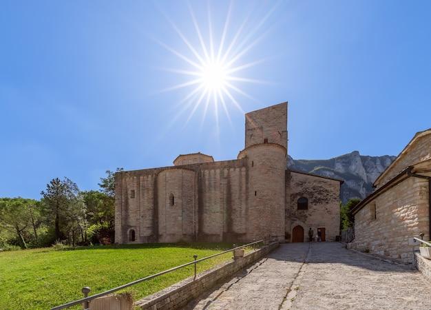 Bella vista dell'abbazia cattolica romana di san vittore alle chiuse nel comune di genga, marche, italy