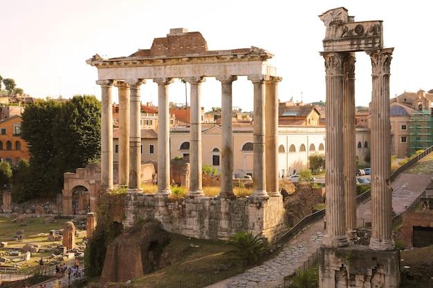 Bella vista del foro romano al tramonto a roma, italia