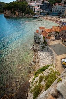 Bella vista del vecchio castello sul mare nella città di budva situata su un'alta scogliera