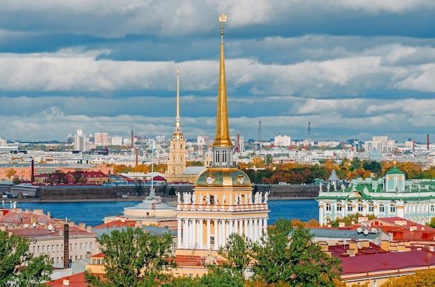 Splendida vista sulle guglie dell'ammiragliato e sulla fortezza di peter-pavel dalla cattedrale di isacco, san pietroburgo, russia.