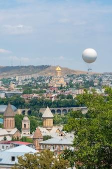 Splendida vista su tbilis, capitale della georgia. paesaggio urbano
