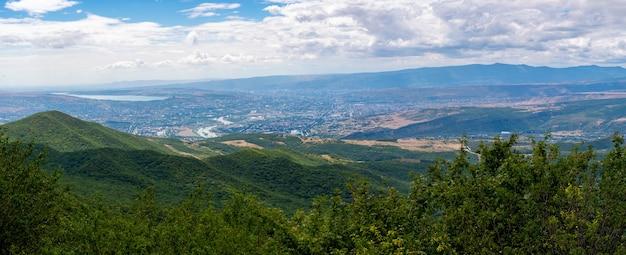Bella vista di tbilisi e della città vecchia di mtskheta dalla montagna zedazeni in georgia