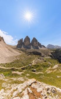 Bella vista delle tre cime di lavaredo sotto il sole di mezzogiorno. alto adige, italia