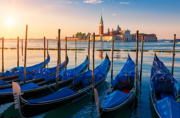 Bella vista di venezia con le gondole all'alba, italia