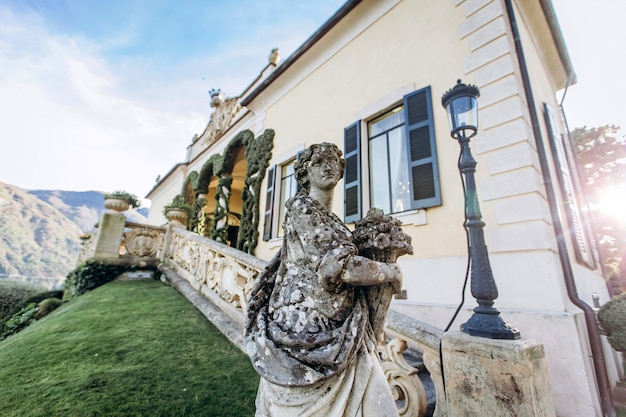 Bella vista della villa vista dal lago di como al tramonto, lombardia, italia. vista di bella villa italiana sul lago di como al sole.