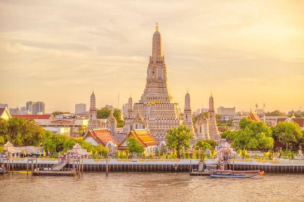 Bella vista del tempio di wat arun al tramonto a bangkok, tailandia