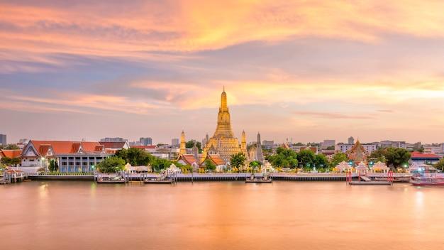 Bella vista del tempio di wat arun a penombra a bangkok, tailandia