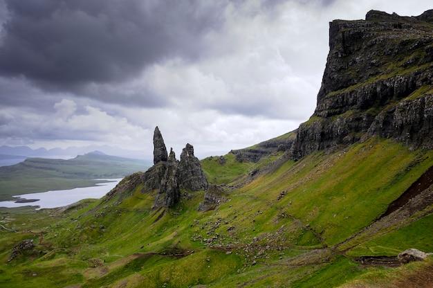 Splendida vista sulle verdi colline vecchio di storr con i suoi laghi e il mare. skye island. scozia