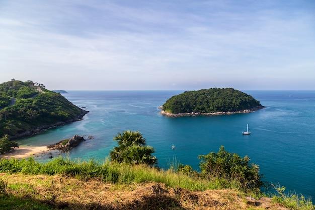 Splendido punto di vista che offre una vista panoramica delle spiagge sabbiose dell'isola di phuket nelle giornate di sole, phuket, thailandia