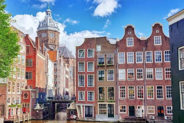 Splendide vedute delle strade antiche costruzioni persone argini di amsterdam