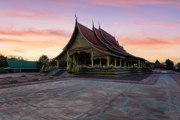Splendide vedute sunrise al wat sirindhorn wararam (wat phu prao), ubon ratchathani provincia, thailandia