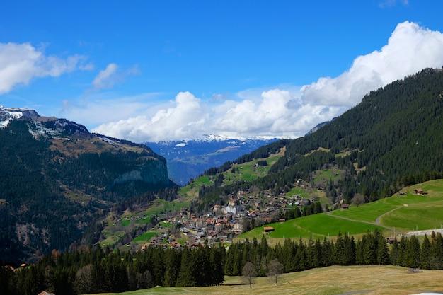 Bellissimo villaggio nella splendida montagna, svizzera