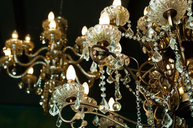 Bellissimo lampadario di cristallo vintage in una stanza, toni dorati.