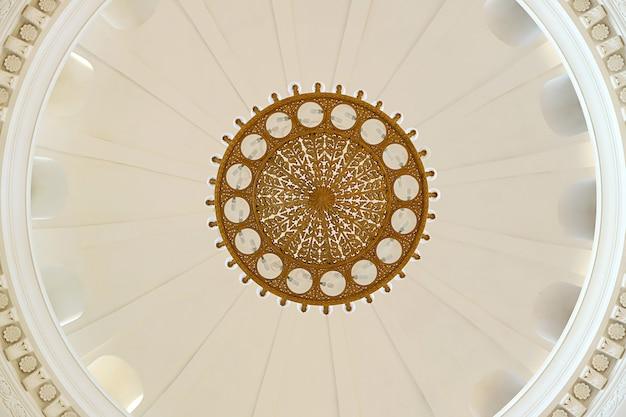 Bella illuminazione vintage sul soffitto a cupola della sala arrivi della stazione ferroviaria centrale di yerevan, yerevan, armenia
