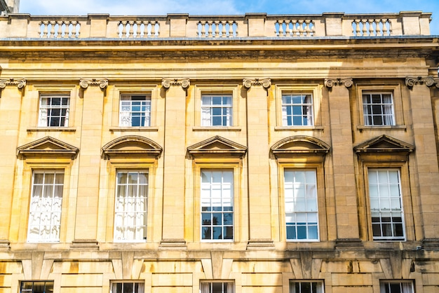Belle e vintage finestre su edificio