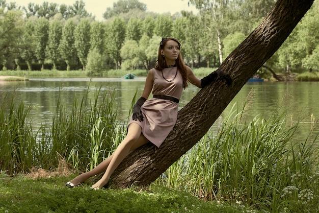 Bella donna vintage nel parco estivo